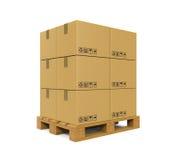 Cajas de cartón en la paleta de madera Imagenes de archivo