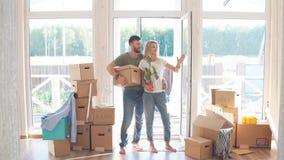 Cajas de cartón de los pares que llevan felices en nuevo hogar en día móvil almacen de video
