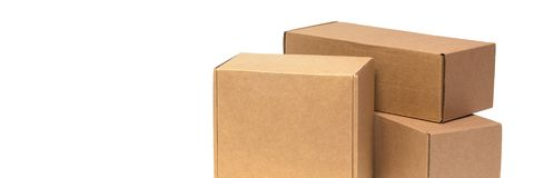 Cajas de cartón para las mercancías en un fondo blanco Diversa talla Aislado en el fondo blanco fotografía de archivo