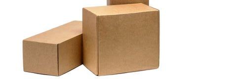 Cajas de cartón para las mercancías en un fondo blanco Diversa talla Aislado en el fondo blanco imagenes de archivo