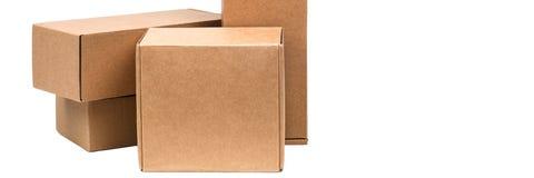 Cajas de cartón para las mercancías en un fondo blanco Diversa talla Aislado en el fondo blanco imagen de archivo libre de regalías
