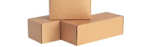Cajas de cartón para las mercancías en un fondo blanco Diversa talla Aislado en el fondo blanco fotos de archivo