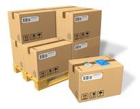 Cajas de cartón en la paleta Imágenes de archivo libres de regalías