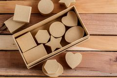 Cajas de cartulina de diversos tamaños y formas en un fondo de madera natural imagenes de archivo