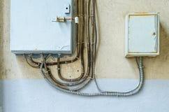 Cajas de distribución eléctricas en la pared imagenes de archivo