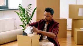 Cajas de embalaje del hombre indio y mudanza al nuevo hogar metrajes