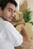 Cajas de embalaje del hombre joven Foto de archivo libre de regalías