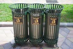 Cajas de la basura en la calle para la clasificación de la basura imagenes de archivo