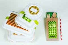 Cajas de la comida y cubiertos de madera en el fondo blanco Fotos de archivo libres de regalías