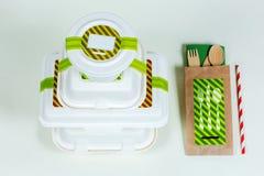 Cajas de la comida y cubiertos de madera en el fondo blanco Fotografía de archivo