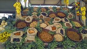 Cajas de la fruta con diversos tipos de buen gusto ricos coloreados de semillas comestibles foto de archivo libre de regalías