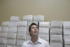 Cajas de la limadura de Against Stack Of del hombre de negocios fotografía de archivo