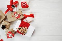 Cajas de la Navidad de la maqueta adornadas elegante en un fondo de madera blanco con el espacio para su texto Endecha plana, vis Imagen de archivo