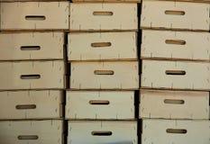 Cajas de madera de la cosecha del granjero apiladas en filas Fotos de archivo libres de regalías