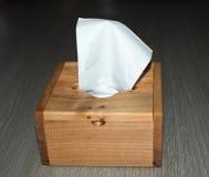 Cajas de madera, para las servilletas En la tabla de madera Imagen de archivo
