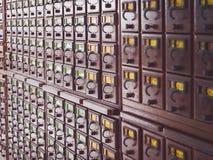 Cajas de madera para las tarjetas de índice en biblioteca Foto de archivo libre de regalías