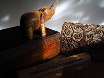 Cajas de madera y elefante de madera en luz del sol Fotos de archivo libres de regalías