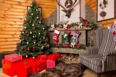 Cajas de regalo, árbol de navidad adornado y chimenea Foto de archivo