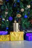 Cajas de regalo amarillas y azules de la Navidad debajo del árbol de pino Imágenes de archivo libres de regalías