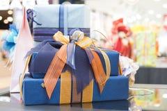 Cajas de regalo azules en centro comercial Imagen de archivo libre de regalías
