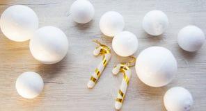 Cajas de regalo brillantemente coloreadas en fondo de madera, la visión superior, el Año Nuevo y la Navidad Sombra brillante Fotos de archivo libres de regalías