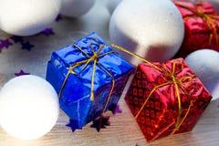 Cajas de regalo brillantemente coloreadas en fondo de madera, la visión superior, el Año Nuevo y la Navidad Sombra brillante Imagen de archivo libre de regalías