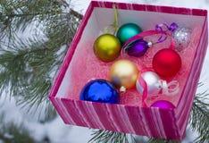 Cajas de regalo brillantes con los juguetes del Año Nuevo Foto de archivo