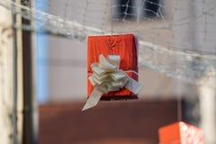 Cajas de regalo colgadas como decoración 10 de la calle Foto de archivo