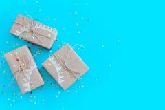 Cajas de regalo coloreadas con la cuerda del yute Fondo del azul y de la turquesa Fotos de archivo libres de regalías