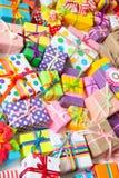 Cajas de regalo coloreadas con las cintas coloridas Fondo blanco Regalo Fotografía de archivo