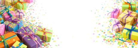 Cajas de regalo coloreadas con las cintas coloridas Fondo blanco largo Imagen de archivo libre de regalías