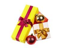 Cajas de regalo coloridas con los arcos y cintas aisladas en blanco Imágenes de archivo libres de regalías