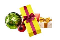 Cajas de regalo coloridas con los arcos y cintas aisladas en blanco Foto de archivo libre de regalías
