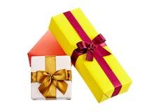 Cajas de regalo coloridas con los arcos y cintas aisladas en blanco Imagen de archivo