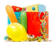 Cajas de regalo coloridas de cumplea?os aisladas en el fondo blanco Concepto del cumplea?os, de la Navidad y del partido fotografía de archivo