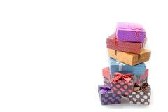 Cajas de regalo coloridas de la foto común sobre el fondo blanco Fotos de archivo libres de regalías