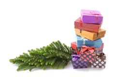 Cajas de regalo coloridas de la foto común sobre el fondo blanco Fotos de archivo