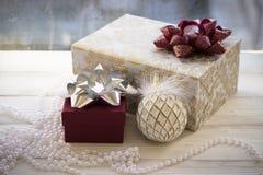Cajas de regalo coloridas envueltas en la decoración del papel y de la Navidad Fotografía de archivo