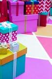 Cajas de regalo coloridas hechas a mano en el regalo del Año Nuevo, caja de regalo de la Navidad, tiempo de la Navidad Fotos de archivo libres de regalías