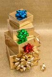 Cajas de regalo con el arco de la cinta Decoración colorida de los días de fiesta fotografía de archivo