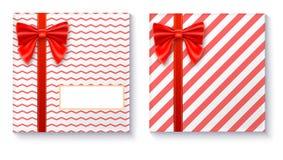 Cajas de regalo con el arco y la cinta rojos grandes en el fondo blanco Foto de archivo