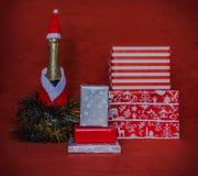 cajas de regalo con el bootle del champán Imagen de archivo libre de regalías