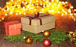 Cajas de regalo con las bolas en un fondo de la Navidad Fotos de archivo