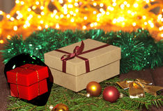 Cajas de regalo con las bolas en un fondo de la Navidad Foto de archivo libre de regalías
