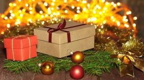 Cajas de regalo con las bolas en un fondo de la Navidad Foto de archivo