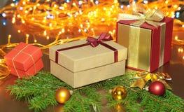 Cajas de regalo con las bolas en un fondo de la Navidad Imagen de archivo