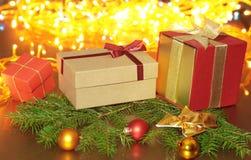 Cajas de regalo con las bolas en un fondo de la Navidad Imagen de archivo libre de regalías