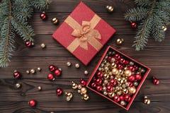 Cajas de regalo con las bolas sobre fondo de madera marrón Árbol de abeto con las chucherías, espacio para el texto Visión superi imagen de archivo