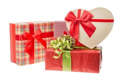 Cajas de regalo con las cintas rojas para el día de tarjetas del día de San Valentín o la Navidad, Año Nuevo Aislado en blanco Imagenes de archivo