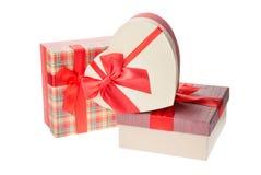 Cajas de regalo con las cintas rojas para el día de tarjetas del día de San Valentín o la Navidad, Año Nuevo Aislado en blanco Imagen de archivo